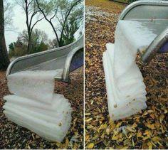 Parece que o gelo decidiu formar-se de uma forma quase perfeitamente satisfatória neste escorrega. - All Rights Reserved - Imgur/reddit