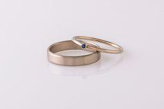Witgouden trouwringen uit eigen atelier. Mat en hoogglans. De damesring met blauwe saffier.