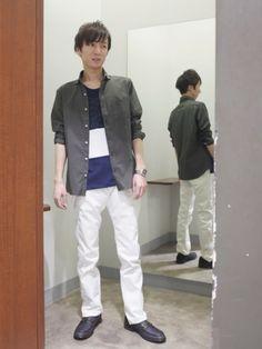 カーキシャツ×白パンツで春を感じさせるスタイル✨ tシャツも一枚でもきまるデザインが揃っています👕