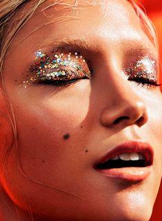 Para o carnaval, prefira as sombras cremosas que duram mais tempo nos olhos - e são bem mais práticas. Se for aplicar glitter, não esqueça do primer de sombras, ou do gloss.