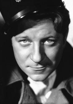 Jean Gabin, 1930s. / Jean Gabin (eredeti nevén: Jean Alexis Moncorgé) (Párizs, 1904. május 17. – Neuilly-sur-Seine, 1976. november 15.) francia színész.
