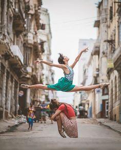Série fotográfica feita por Omar Roble de bailarinos dançando nas ruas de Cuba…