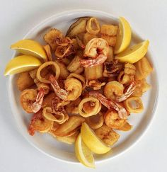 comida española: gambas y calamares fritas ...