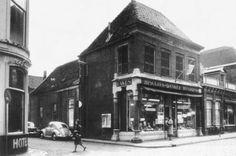 Jamin winkel aan de Grotestraat naast Hotel de Gouden Leeuw. Het straatje dat er tussen ligt is de Doelenstraat.