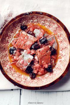 Śledzie marynowane w czerwonym barszczu z suszoną żurawiną i cebulką Fish And Seafood, Hummus, Thai Red Curry, Salmon, Blog, Pork, Cooking, Ethnic Recipes, Poland