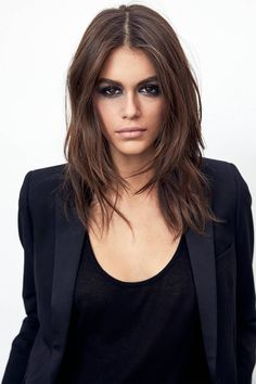 As we head into autumn, we& super tempted to reach for the bottle and dye our hair a rich, chocolate brown. Kaia Gerber, who is rocking a deep brown hue as the new Global Makeup Ambassador for YSL Beauté. Chocolate Brown Hair Color, Brown Hair Colors, Pelo Chocolate, Rich Hair Color, Chocolate Highlights, Chocolate Espresso, Cake Chocolate, Purple Hair, Global Hair Color
