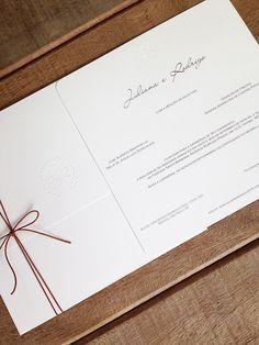 Convite de casamento clean - formato quadrado - monograma em relevo seco - cordinha para o laço no envelope { Convite: Petit Souvenir }