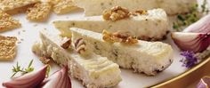 Enjoy these gorgonzola cheesecakes with toasted walnuts – a distinctive appetizer!