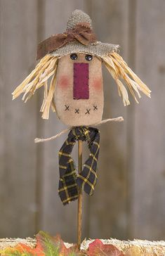 Fabric Scarecrow Head decorated with straw, a burlap hat, jute rope, and a plaid scarf. Scarecrow sits atop a wooden stake. Thanksgiving Wood Crafts, Primitive Fall Crafts, Primitive Scarecrows, Fall Wood Crafts, Fall Scarecrows, Autumn Crafts, Primitive Decor, Kids Crafts, Wood Scarecrow