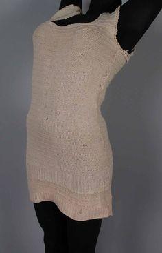 Lang hemd gebreid van roze katoen in reliëfsteken 1920-1950