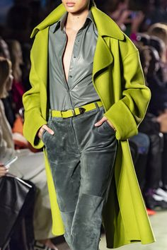 Apr 2020 - Brandon Maxwell at New York Fashion Week Fall 2020 - Details Runway Photos Fashion Now, Fall Fashion Outfits, Fashion Week, New York Fashion, Winter Fashion, 2020 Fashion Trends, Fashion 2020, Runway Fashion, Cute Jackets