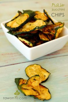 Raw zucchini chips to satisfy your snacks craving. Healthy ways to detox your body. Try this detox diet plan to burn belly fat and lose weight. Best detox foods to eat. Raw Vegan Recipes, Vegan Foods, Vegan Snacks, Healthy Snacks, Vegetarian Recipes, Healthy Recipes, Vegan Raw, Healthy Chips, Healthy Eating