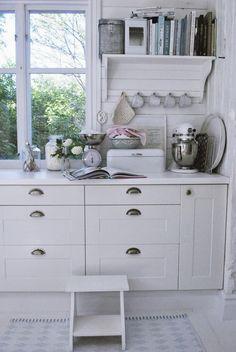Sommer skal have bog! Cozy Kitchen, Country Kitchen, Kitchen Decor, Kitchen Design, Cottage Kitchens, Home Kitchens, Cocinas Kitchen, Cottage Living, Beautiful Kitchens