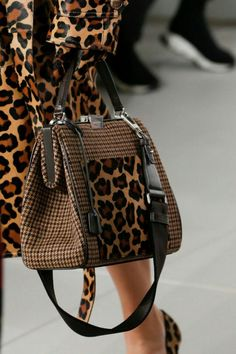 Michael Kors Collection Fall 2018 Ready-to-Wear Collection - Vogue Boutique Michael Kors, Sac Michael Kors, Michael Kors Outlet, Handbags Michael Kors, Fashion Bags, Fashion Backpack, Fashion Accessories, Fashion Outfits, Nike Free