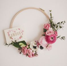 Sewing room wreath made with a wood hoop & flowers.  ~ Des idées pour détourner son tambour à broderie - DIY embroidery Hoops