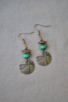 Boucles d'oreilles avec estampe bronze libellule et perles vertes : Boucles d'oreille par libelula-crea