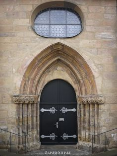 Wetzrillen an der Sankt Martinskirche in Forchheim.  Was einem an der Sankt Martinskirche in Forchheim als erstes ins Auge sticht sind die unzähligen Wetzrillen an der Südseite der Fassade oberhalb der Krypta. Bis zum heutigen Tag gibt es nur Vermutungen zu den Wetzrillen und Näpfchen es gibt keinerlei Überlieferungen über die Entstehung.  Die Kirche ist dem Schutzpatron der Franken geweiht dem heiligen Martin von Tours. Die Ursprünge der Kirche gehen bis ins Jahr 890 zurück sie wurde als…