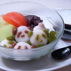 This is a cooling dessert that combines matcha kanten jelly with soft and smooth shiratama mochi dumplings.