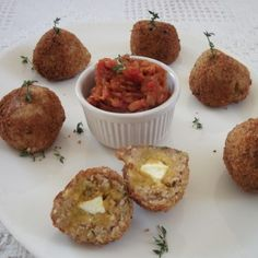 Garlic thyme rice balls filled with a roast butternut and leek purée and feta centre, coated with fresh breadcrumbs and served with a sweet tomato and leek relish. Need we say more? Click on the pic to try out a Jackie Buss original #recipe #freshlyblogged #picknpay