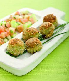 Falafel di ceci e tofu affumicato con insalata di cetrioli e pomodori - vegan