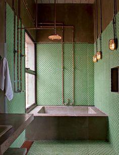 .industriais dialogam com a banheira de concreto e as instalações hidráulicas de cobre (Foto: Edu Castello/Editora Globo)