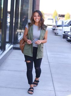 Army Vest and Skinny Jeans Distressed Jeans Outfit, Black Skinnies, Black Denim, Olive Vest, Olive Green Vest Outfit, Green Jeans Outfit, Moda Jeans, Beste Jeans, Casual Outfits