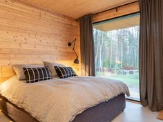 "Laura ja Antti Pöyskö: ""Tuntuu siltä, että on tullut kotiin"" Tiny House Cabin, Cabin Homes, Log Homes, Norway House, Rammed Earth Homes, Contemporary Cabin, Cottage Interiors, New Room, Minimalist Home"