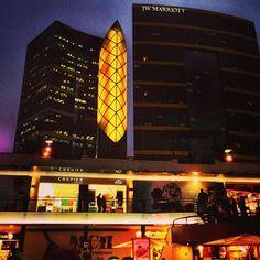 Nosotros vimos un edificio moderno en el centro.