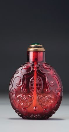 A RUBY-RED GLASS 'KUILONG' SNUFF BOTTLE<br>QING DYNASTY, QIANLONG / JIAQING PERIOD | lot | Sotheby's