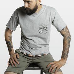 CAMISETA BORDE FLORES GRIS Camiseta 100% algodón fabricada en España, con los mejores materiales. Serigrafiadas con tintas de alta calidad.     Incluye caja de cartón y 3 pegatinas.