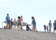 Bermain sandboarding bersama sama memang lebih asik  #sandboardingparangtritis #jogjaku #instanusantara #gumukpasirbarchan #jelajahbantul #indonesia #like4like by Jelajah Bantul