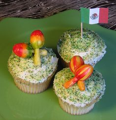 Maracas and Mexican Flag Cupcakes Mexican Cupcakes, Love Cupcakes, Brownies, Mexican Flags, Mexican Designs, Muffin, Breakfast, Desserts, Wood Cake