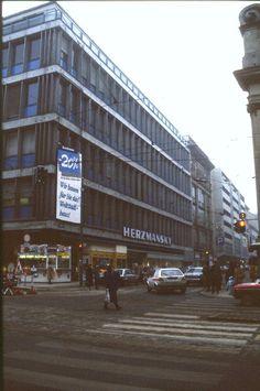 159L16110287 Mariahilfer Strasse - Stiftgasse, Blick in die Stiftsgasse, Kaufhaus Herzmansky.jpg