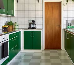 The importance of great can't be highlighted enough. Bad woodwork or floorwork done by inexpensive contractors will certainly bite you in the ass in the coming years. Kitchen Dining Sets, Home Decor Kitchen, Kitchen Design Open, Kitchen Layout, New Kitchen Cabinets, Apartment Kitchen, Home Interior, Vintage Kitchen, Cool Kitchens