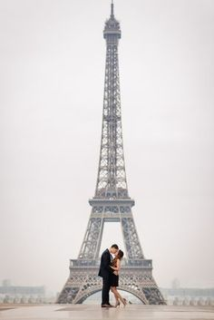 I love a classic shot like this. Couples picture captured by Paris photographer Fran Boloni