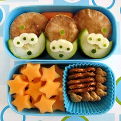 Toy Story Alien Bento Box-website has many other fun lunch and snack ideas Lunch Box Bento, Lunch Snacks, Space Snacks, Bento Lunchbox, Box Lunches, Snack Box, Lunch Boxes, Party Snacks, Festa Toy Story