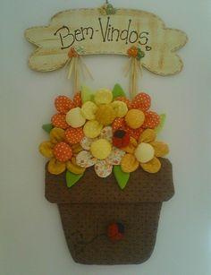 Feito com tecido de algodão, fibra, placa de mdf pintada à mão. <br>Pode ter outros dizeres na placa. <br>As cores das flores pode variar conforme o estoque de tecido.