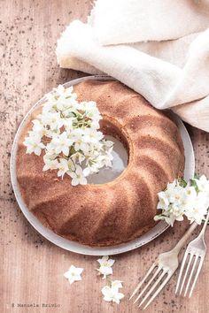 E' la torta che se usi le pesche è estate, se tagli le mele siamo in autunno.  E' la copertina perfetta, insieme ai muffin ai mirtilli, per sostenere la camp