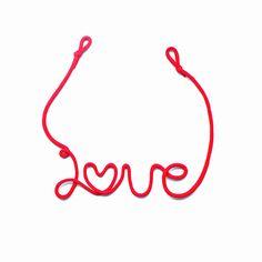 結婚式の赤い糸を考案したお店です。初めて作ったときの「花嫁に幸せになって欲しい」という気持ちを込めて今でも丁寧に一つずつ手作りしています。本物の赤い糸をおふたりにお届けします。