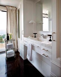 Pablo Paniagua: Vanity, Lamp, Hardware; Elegant, love the dark floors