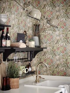 Keltainen talo rannalla: Ruotsalaisia koteja More beautiful interior styling with William Morris papers and fresh color palette Decor, Kitchen Wallpaper, Morris Wallpapers, Vintage Interior, Interior, Interior Inspiration, Vintage Interior Design, House Interior, Interior Design