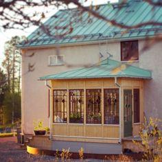 """4,156 gilla-markeringar, 64 kommentarer - Clara Lidström (@underbaraclaras) på Instagram: """"Gammalt hus i skymningsljus ❤️ här känner jag mig hemma #byggnadsvård #punschveranda…"""" Hem, Gazebo, Outdoor Structures, Outdoor Decor, Instagram Posts, Summer, House, Home Decor, Kiosk"""