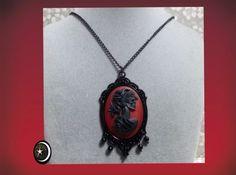 Colgante romántico y vintage con cabujon de mujer calaverica de resina en rojo y negro y base en negro y bolitas negras con cadena negra de metal hierro