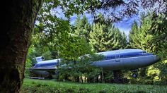 Airplane Home - Boeing 727. Hidden away in the woods in Hillsboro Oregon is a Boeing 727-200 being converted in to an airplane home. Who wou...
