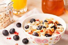 Cette recette de granola maison est idéale pour compléter vos déjeuners et leur donner une dose énergisante! Ajoutez une portion (100 g) de yogourt grec à la vanille pour 80 calories et une ½ tasse de petits fruits de champs (environ 40 calories).  16 portions 199 calories/21.5g glucides/11.75g gras/4.25g protéines  Ingrédients 2…