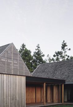 Forest House von Fearon Hay Architects in Auckland, Neuseeland - Dekoration De Timber Beams, Timber Cladding, Exterior Cladding, Residential Architecture, Interior Architecture, Architecture Awards, Classical Architecture, High Walls, Forest House