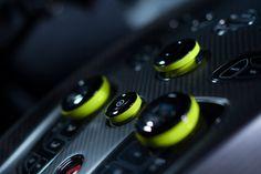 Aston Martin a annoncé à Genève le lancement d'une nouvelle gamme sous le badge AMR (Aston Martin Racing), ellepiochera son inspiration et la technologie du monde du sport automobile et créer ainsi des modèles plus extrêmes. Mais comme des images valent mieux que de longs discours,Aston Martin a apporté deux
