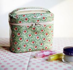 DIY Une pochette pour le maquillage, explication photos. (Sew a zippered cosmetic bag. Pattern. DIY tutorial in pictures) (http://www.handmadiya.com/2015/10/a-zippered-cosmetic-bag.html)