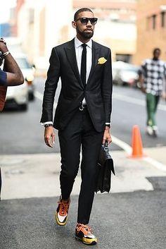 Dale vida a un elegante traje con coloridos zapatos deportivos. | 18 Trucos de moda para hombres directamente desde las calles de Nueva York