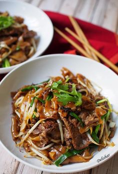 Dry Beef Hor Fun Beef Chow Fun, my fave. Just add bok choy :-). Asian Recipes, Beef Recipes, Cooking Recipes, Ethnic Recipes, Cooking Pork, Cooking Games, Cooking Classes, Chicken Recipes, Gastronomia